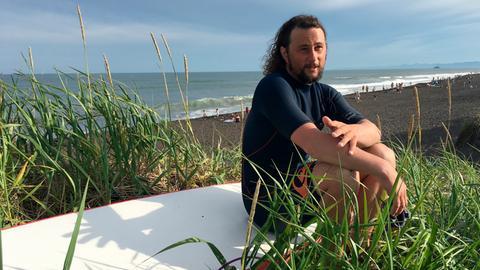 Zum dritten Mal organisiert der 28-jährige Anton Morozow ein Surfercamp mitten in Kamtchatka. Jedes Jahr kommen mehr Surfer aus aller Welt und stellen sich den Wellen. Selbst im Hochsommer beträgt die Wassertemperatur gerade mal 12 Grad.