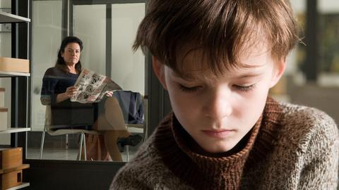 DER KALTE HIMMEL (2): Marie (Christine Neubauer) ist mit ihrem Sohn Felix (Eric und Marc Hermann) nach Berlin gereist, um ihn von einem einfühlsamen Spezialisten untersuchen zu lassen.