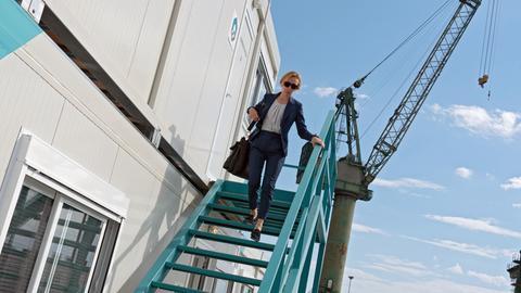 Frau steigt eine Treppe hinab