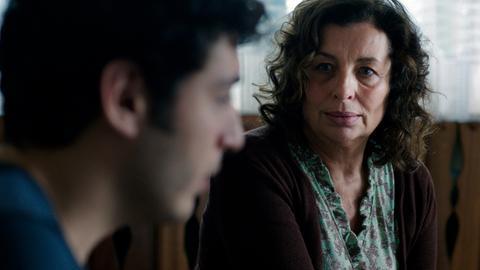 Kerstin (Teresa Harder) will ihrem Sohn Tarik (Mehmet Atesçi) helfen, den Kopf aus der Schlinge zu ziehen.
