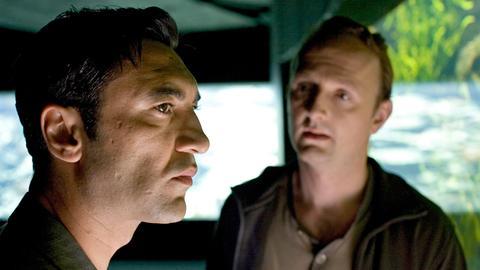 Uwe Kohnau (Peter Jordan) vertraut Cenk Batu (Mehmet Kurtulus) einen neuen Fall an.