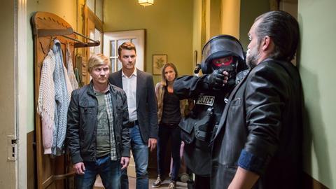 Die Kommissare Henry Funck (Friedrich Mücke, m.), Maik Schaffert (Benjamin Kramme, l.) und Johanna Grewel (Alina Levshin) verhaften Jochen Berner (Ole Puppe), den Komplizen von Timo Lemke.