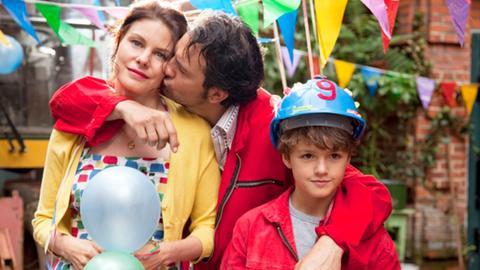 Glückliche Familie an Tonys 9. Geburstag – Sissy (Rifka Lodeizen), Gilles (Jeroen Spitzenberger) und Tony (Faas Wijn).