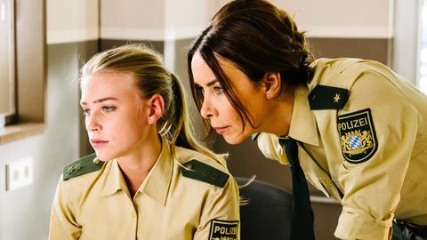 Sabine Kaiser (Katharina Müller-Elmau, r.) und Rebecca (Jeanne Goursaud, l.) schauen sich den Social Media-Auftritt des Reviers an.