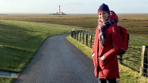 Moderatorin Tamina Kallert auf dem Weg zum Leuchtturm von Eiderstedt, St. Peter-Ording.