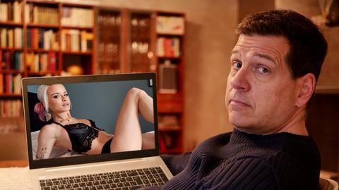 Engel fragt: Ist Pornos gucken okay? Philip Engel vor einem Laptop.