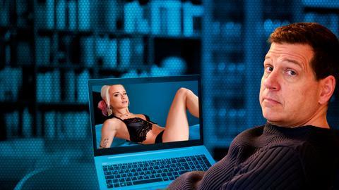 Ist Pornos gucken okay? Philip Engel vor einem Laptop. Eine halbnackte Frau ist auf dem Bildschirm zu sehen.