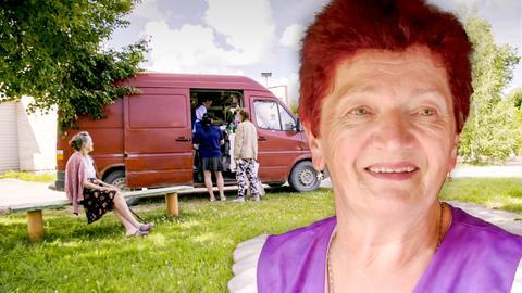 Porträt der Protagonistin, im Hintergrund ihr fahrender Dorfladen.