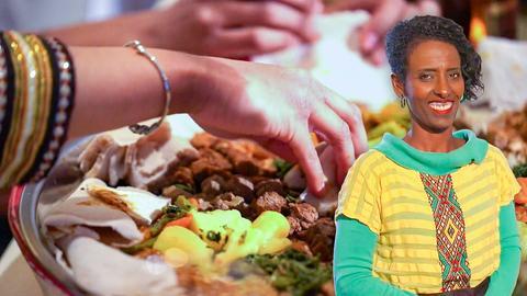 Lächelnde Protagonistin im Vordergrund, im Hintergrund ein äthiopisches Gericht