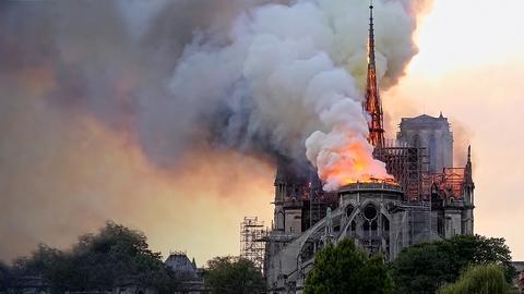 Ein Bild der brennenden Notre Dame