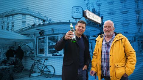 Philipp Engel steht vor einer Trinkhalle mit einem Protagonisten und hält eine Bierflasche in die Kamera. Der Hintergrund ist blau.