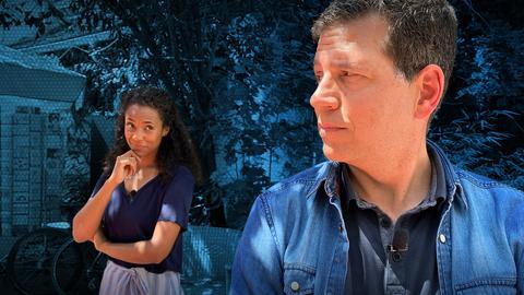 Philipp Engel blickt zurück über die Schulter auf Anne Chebou, die ihn nachdenklich ansieht.