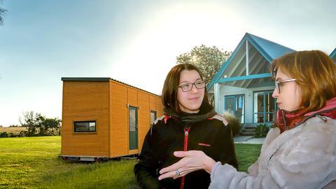 Jilly Latumena wohnt in einem Bauwagen, Tina Humburg hingegen veredelt Immobilien.