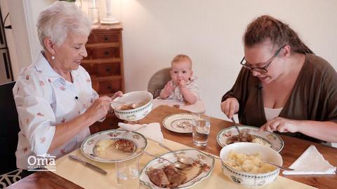 Oma, Mama und Baby am Essenstisch