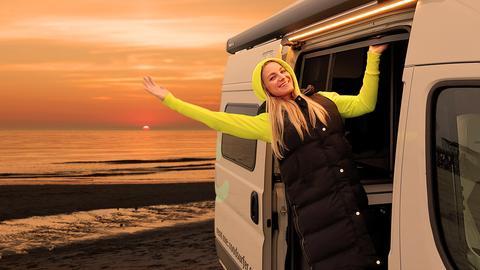 hr-Reporterin Maike Tschorn in einem Campervan.