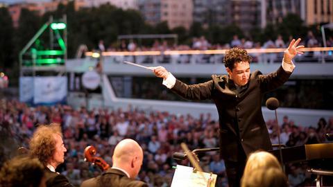 Andrés Orozco-Estrada, der Dirigent des hr-Sinfonieorchesters beim Europa-Open-Air-Events am Frankfurter Main-Ufer