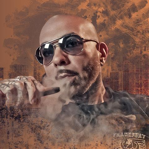 Azad mit Sonnenbrille, zieht an einer Zigarre und trägt einen Frankfurt Hoodie. Hinter ihm eine Skyline in Grafikoptik.