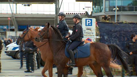 Heike Barck und Faris Lindemann mit ihren Dienstpferden im Einsatz.