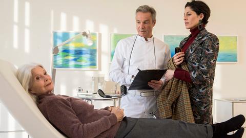 Chefredakteurin Angela (Jasmin Gerat) begleitet Lilo Maertens (Christiane Hörbiger) zu einer Augen-OP von Dr. Hufer (Hannes Jaenicke).