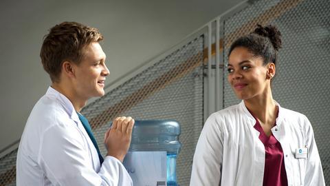 Vivi (Jane Chirwa, r.) und Mikko (Luan Gummich, l.) versuchen normal miteinander umzugehen.