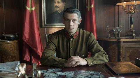 Militärattaché Trochin (Denis Burgaziliev) in seinem Büro.