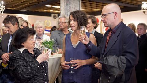 Lena Odenthal (Ulrike Folkerts) ist Peter Beckers (Peter Espeloer) Begleitung bei der Premiere des Amateurtheaters Babbeldasch. Beim Empfang vor der Vorstellung wird Theaterleiterin Sophie Fettèr (Malou Mott, links) auf sie aufmerksam.