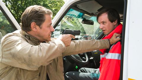 Finn (Sven Martinek, r.), überwältigt den Entführer Klaus Wenzel (Jan-Peter Kampwirth, r.).