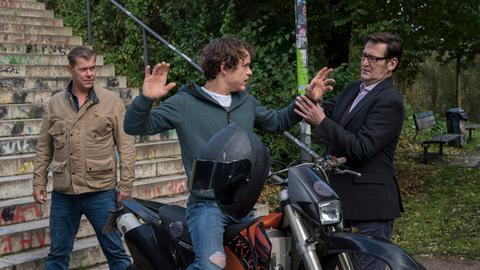 Nach einer halsbrecherischen Verfolgungsjagd, gelingt es Finn (Sven Martinek, l.) und Lars (Ingo Naujoks, r.) Vincent (Marlon Kittel, M.) zu stellen.