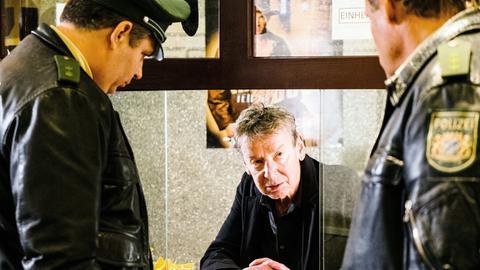 Kinobesitzer Frank Henke (Michael Tregor, M.) wird von Hubert (Christian Tramitz, r.) und Riedl (Paul Sedlmeir, l.) zum aktuellen Mordfall befragt.