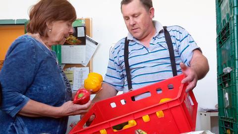 Jan Černý bringt mit einem zerbeulten Kleintransporter die zuvor bei Prager Supermärkten eingesammelten Lebensmittel zu ehemaligen Lagerräumen nördlich von Prag. Hier hat die Prager Lebensmittelbank ihren zentralen Umschlagplatz. Vera Doušová, eine resolute Dame in den Siebzigern, führt hier das Regiment. Täglich verteilen sie und ihre Mitarbeiter gut zehn Tonnen Lebensmittel an Hilfsorganisationen, Obdachlosenhilfen, Suppenküchen, aber auch an Rentner und alleinerziehende Mütter.