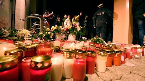 Kerzen zum Zeichen der Trauer am Tatort