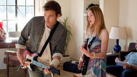 Johnny (Stephen Dorff) und seine Tochter Cleo (Elle Fanning) vertreiben sich die Zeit mit musikalischen Videospielen.