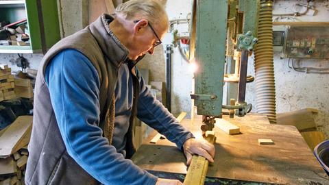 Nicht auf jedes Fass passt auch derselbe Deckel. Deshalb nimmt Alfred Krogemann genau Maas, bevor er die passenden Holzteile für einen Deckel zurecht sägt.