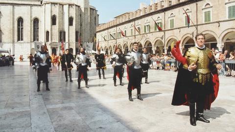 """Jedes Jahr im August findet in Ascoli Piceno die """"Quintana"""" statt, ein traditionelles Fest mit einem Reitturnier, das seit dem 14. Jahrhundert gefeiert wird."""