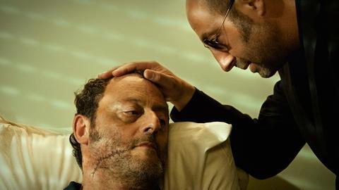 Charly Mattei (Jean Reno) bekommt im Krankenhaus Besuch von seinem einstigen Kompagnon Partner Tony Zacchia (Kad Merad).