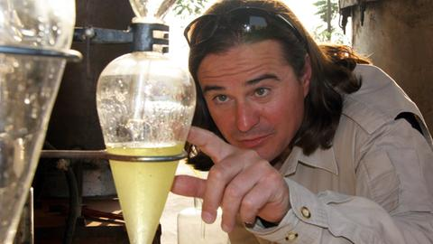 Das erste Mak Truk Öl der Welt: Laurent Severac beim Destillieren.
