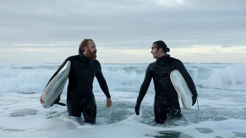 Eric (Kristofer Hivju, li.) ist das Vorbild seines Surfschülers Lukas (Marlon Valdés Langeland).