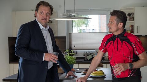 Andy (Charly Hübner, li.) möchte von Sven (Roman Knizka) wissen, was damals in der wilden Partynacht passiert ist.