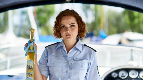 """emmler (Wendy Güntensperger) hat an Bord von Vollmers Yacht eine Flasche """"Konstanzer Kwitte"""" gefunden."""