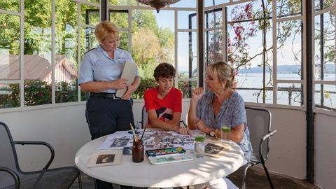 Ahnenfieber: Nele Fehrenbach (Floriane Daniel, l.) und Mechthild (Diana Körner, r.) helfen Niklas (Noah Calvin, M.) bei der Anfertigung eines Familien-Stammbaums.