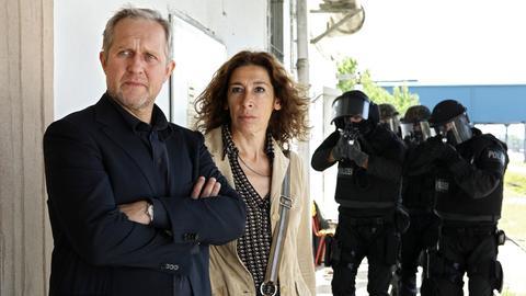 Moritz Eisner (Harald Krassnitzer) und Bibi Fellner (Adele Neuhauser) machen eine Razzia in einem chinesischen Sweatshop, wo illegale Waren umetikettiert werden.
