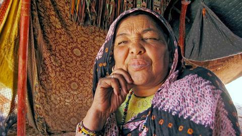 Lalla hat als Nomadin in der Wüste gelebt. An das Haus in der Stadt (Tamanrasset) kann sie sich nicht gewöhnen. Deshalb hat sie davor ihr Zelt aufgeschlagen.