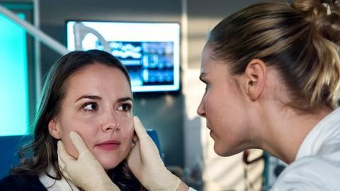 Dr. Julia Berger (Mirka Pigulla, r.) versucht die Ursache für die Symptome von Jette Küstner (Josephine Ehlert, l.) zu finden.