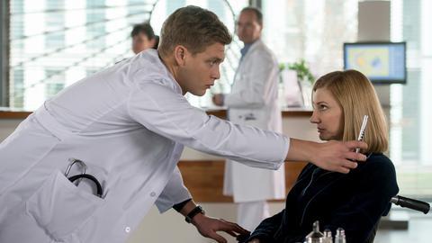 Mikko Rantala (Luan Gummich, l.) kommt dem Rätsel um Olivia Martens (Ellen Schlootz, r.) auf die Spur (Komparsen, im HG.).