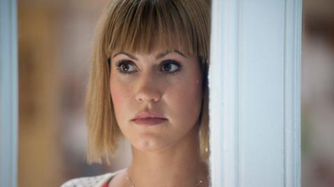 Klara (Wolke Hegenbarth) entgeht nichts, auch wenn sie von ihrem Chef vom Verhör ausgeschlossen wird.