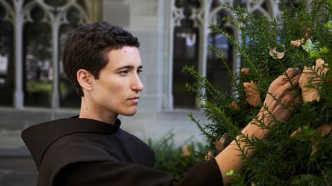 Im Klostergarten wird Nele auf den jungen Mönch Max (Valentia Repetto) aufmerksam. Er ist als Mönch auf Zeit im Kloster Oberzell.