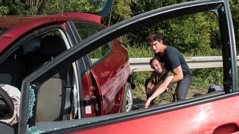 Ben (Philipp Danne, r.) kümmert sich um den Unfallverursacher Jonas Beyer (Jonas Hämmerle, l.).