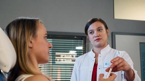 """Rebecca Krieger (Milena Straube, r.) gibt Petra Schlösser (Theresa Hanich, l.) Nachhilfe: Im """"Streng-sein"""" und im """"Nein-sagen""""."""