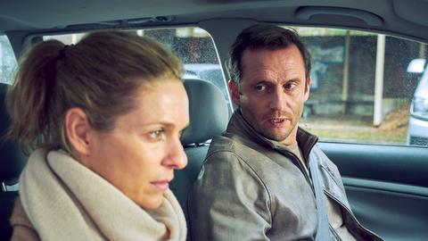 Romy Heiland (Lisa Martinek, l.) stellt mit ihrem Mandanten Christian Fuchs (Sven Gerhardt, r.) einen Autounfall nach.