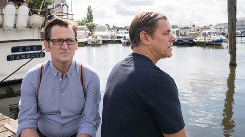 Lars (Ingo Naujoks, l.) und Finn (Sven Martinek, r.) geht der Fall unter die Haut.